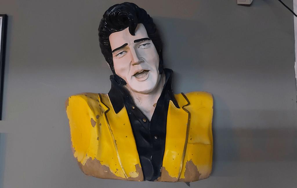Kitsch Museum - Elvis kitch statue